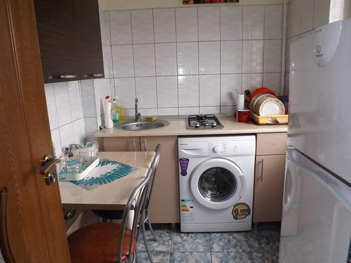 Bucatarie cu aragaz, frigider, masina de spalat